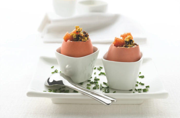 Gotowane jajka nadziewane pastą z zielonych i czarnych oliwek