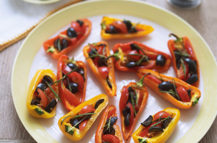 Grillowane papryki nadziewane oliwkami i pomidorami