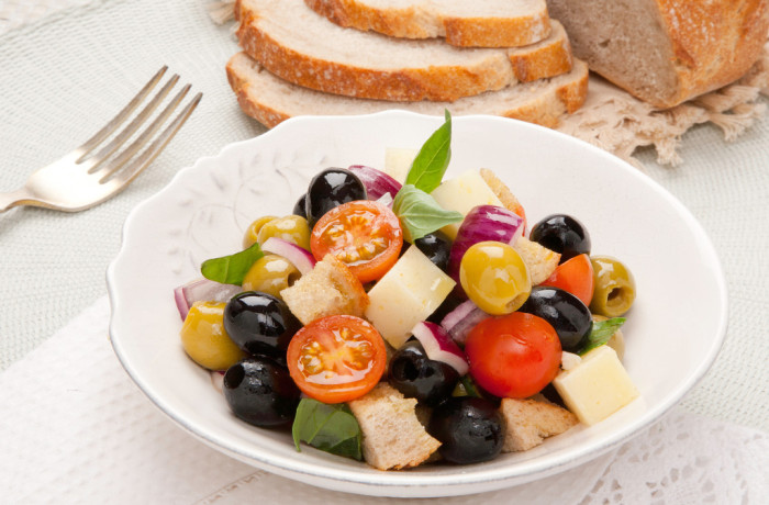 Hiszpańskie oliwki z chlebem, serem i warzywami