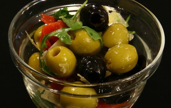 Hiszpańskie oliwki z rukolą i papryczkami piquillo