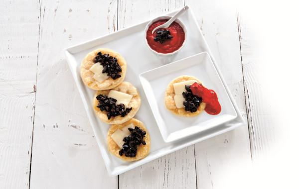 Kukurydziane placuszki z oliwkami, serem i słodkim sosem paprykowym <em>(AMERYKA)</em>