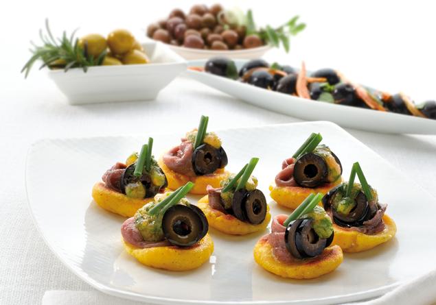 Kukurydziane placuszki z pomidorową pastą i anchois