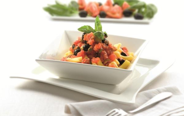 Makaron z pieczonymi pomidorami oraz oliwkowym sosem