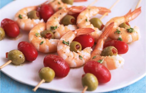 Szaszłyki z krewetek, oliwek i pomidorów