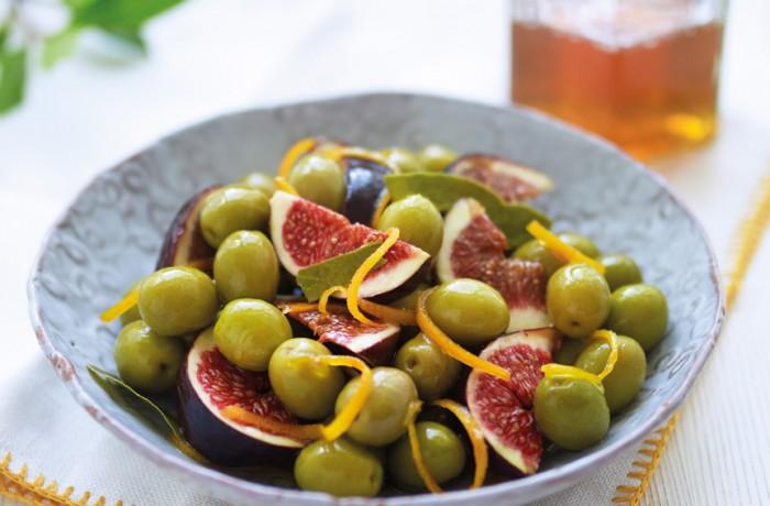 Zielone oliwki z figami w marynacie z pomarańczy z dodatkiem listków laurowych